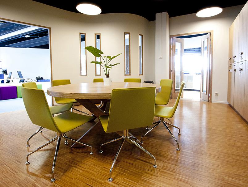 flexibiliteit in keuze voor de werkplek binnen een overzichtelijk en licht interieur afgewisseld met bijzondere nevenruimten blijkt nu al een succes